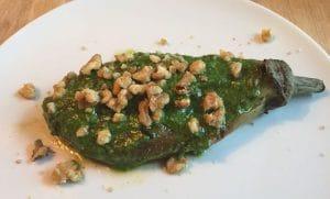 gepofte aubergine van de BBQ aubergine Big Green Egg recept pesto walnoten eggplant