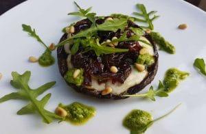 gevulde Portobello met blauwe kaas van de BBQ Big Green Egg recept pesto rucola pijnboompitten kaas chutney