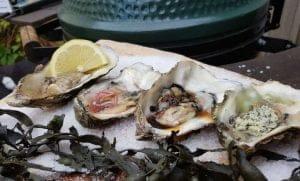 Gerookte oesters van de BBQ met kruidenboter Aziatisch soja frambozenazijn citroen peper Big Green Egg recept