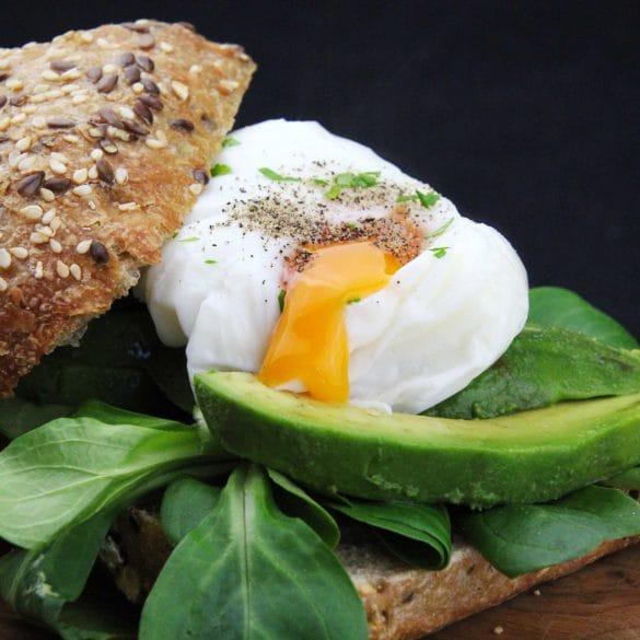 Broodje avocado met gepocheerd ei recept lunch gezond