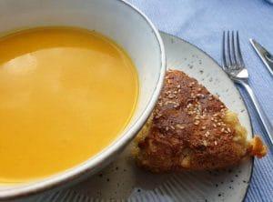 pompoensoep met brood en feta
