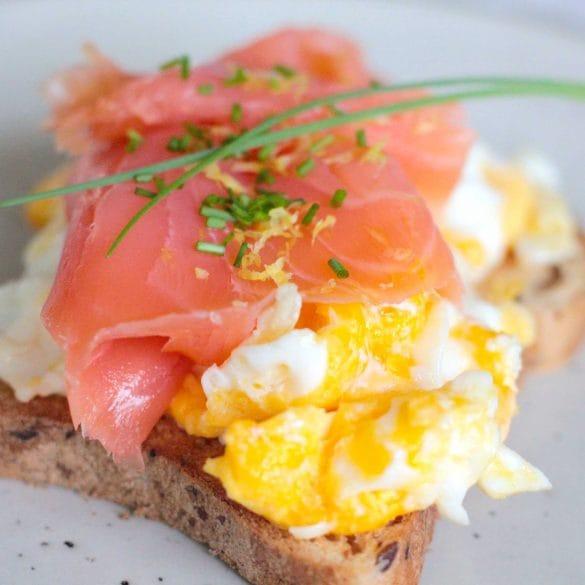 Roerei met gerookte zalm en bieslook omelet ei eieren geklutst gerookte zalm kruiden broodje mr and ms in the kitchen