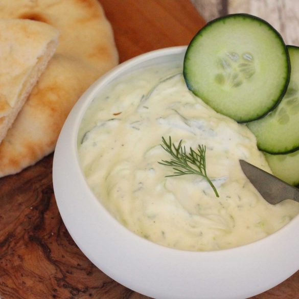 Griekse tzatziki met dille Grieks yoghurt komkommer knoflook recept mr and ms in the kitchen borrel