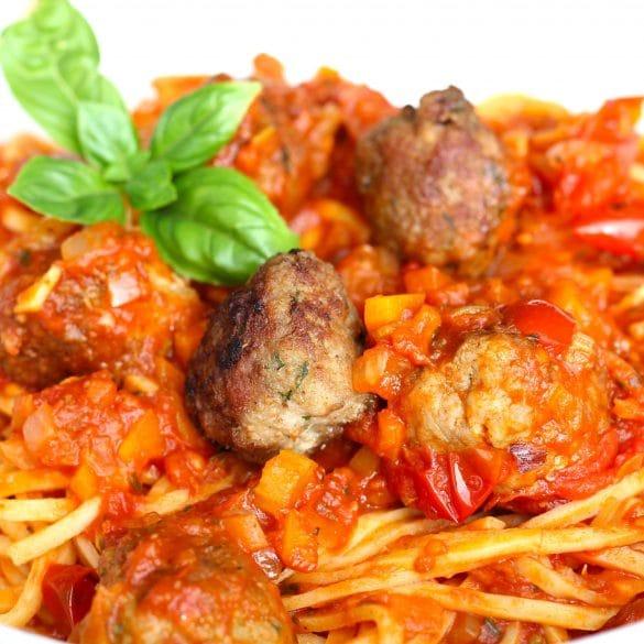 spaghetti met gehaktballetjes in tomatensaus pasta tomaten gehakt balletjes Italiaans Italie recept Mr and Ms in the kitchen