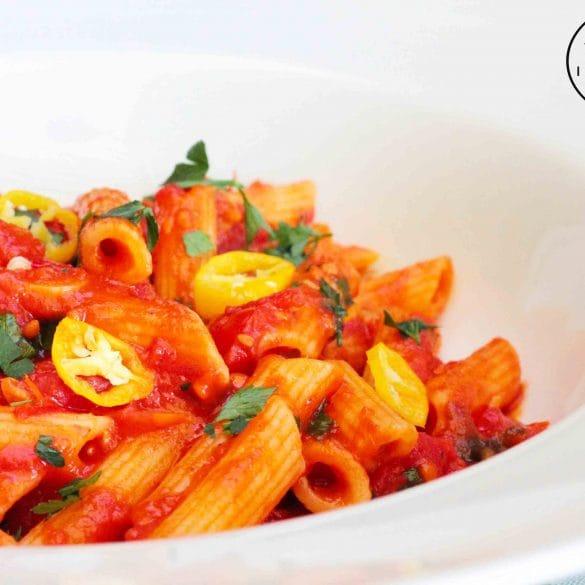 penne all'arrabbiata recept pasta pittig heet pikant simpel en eenvoudig mr and ms in the kitchen
