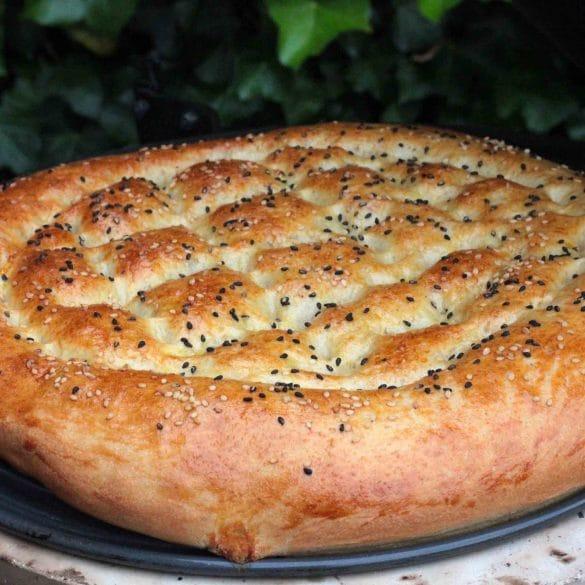 Turks brood van de BBQ Big Green Egg Turkse plat sesamzaadjes mr and ms in the kitchen