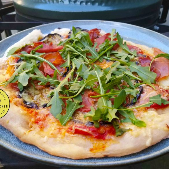 Pizza met aubergine en prosciutto op de BBQ Big Green Egg kamado barbecue recept zelf maken grillen mr and ms in the kitchen