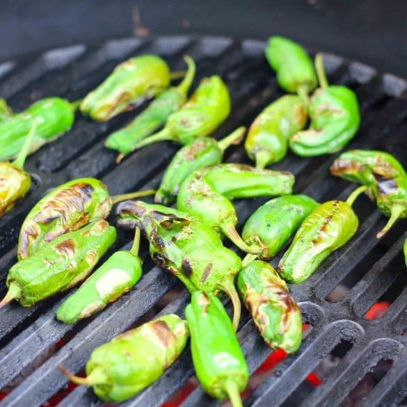 Pimientos de padrón op de BBQ pigmentos de padron van de bbq big green egg barbecue recept mr and ms in the kitchen