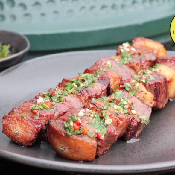 Picanha spies met chimichurri van de BBQ kamado Big Green Egg saté vlees recept rundvlees