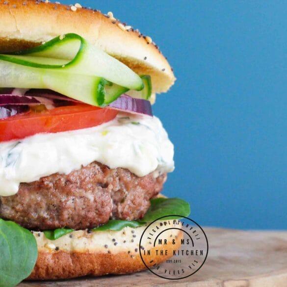 Griekse hamburger van de BBQ Big Green Egg barbecue Kamado